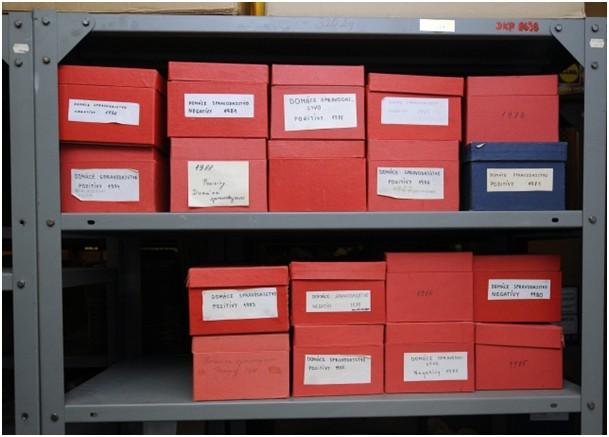 7ea2bd885 Mikrofiše sú uložené s škatuliach.