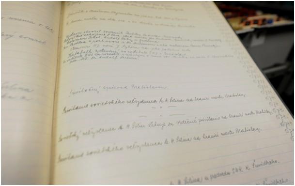 36437d3e5 Časť popisov k fotografiám, hlavne staršieho dáta, sú písané ručne v  knihách s rôznou kvalitou písma.